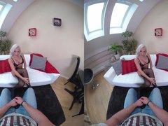 VR: LillieVanilli besorgt es sich vor Deinen Augen
