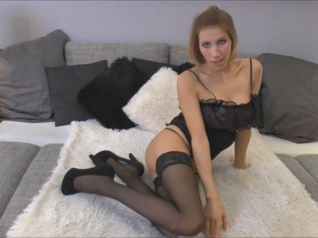 Caro besorgt es sich für Dich in sexy Dessous