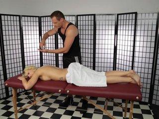 Mika bei der Massage geil gefickt
