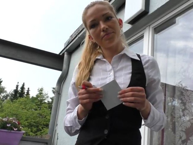 Kellnerin im Cafe - Outdoor Blowjob für 1000€