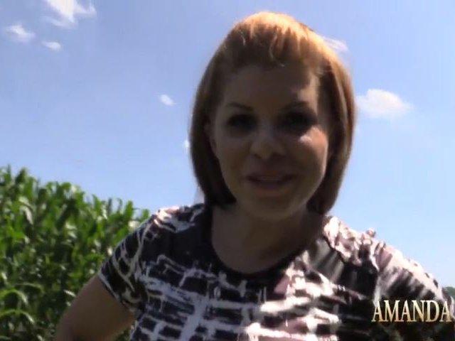 Amanda wird im Auto scharf und bläst den Schwanz